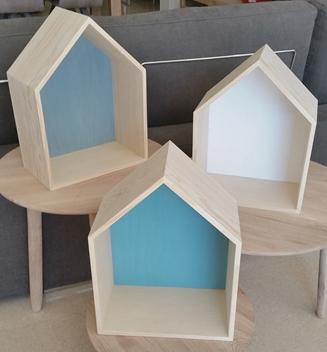 tres casitas madera azul blanca