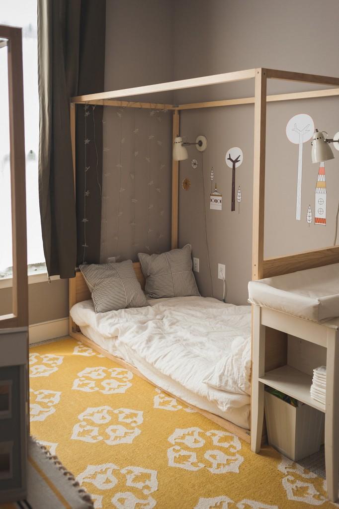 habitación infantil montessori para dos hermanos colchones en el suelo